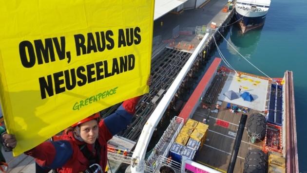 Die schwindelfreie Österreicherin Magdalena Bischof besetzte in Neuseeland ein OMV-Versorgungsschiff. (Bild: Greenpeace)