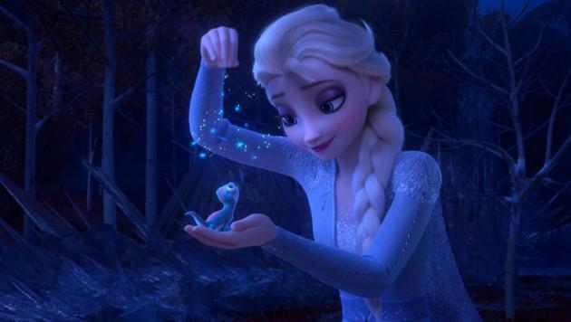Elsa (im Original von Idina Menzel gesprochen), lässt Schneeflocken auf Salamander Bruni rieseln. (Bild: AP)