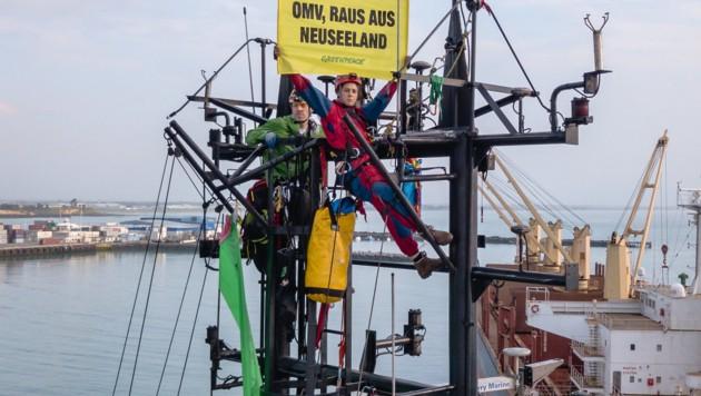 Greenpeace-Aktivisten auf dem Mast des OMV-Schiffes (Bild: APA/GREENPEACE/GEOFF REID)