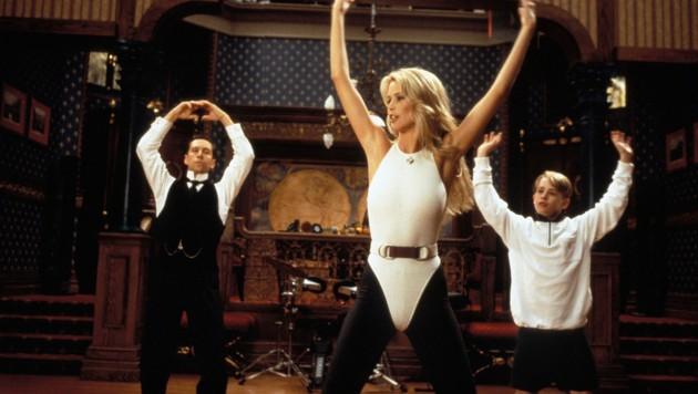 """Macaulay Culkin mit Claudia Schiffer in """"Richie Rich"""" (Bild: mptv / picturedesk.com)"""