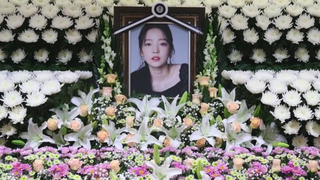 Unzählige Blumen schmücken in Seoul eine temporäre Gedenkstätte für die verstorbene Goo Hara. (Bild: AFP)