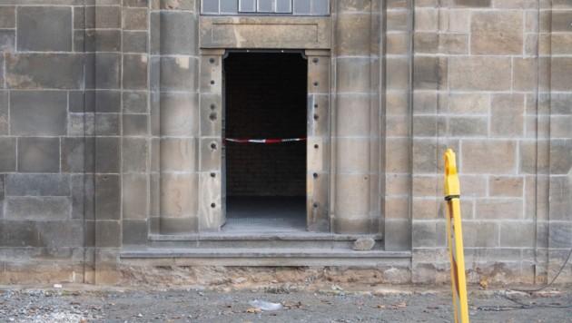 Die Täter hatten vor dem Einbruch unter der Augustusbrücke ein Feuer gelegt und damit die Stromzufuhr ins Grüne Gewölbe lahmgelegt.
