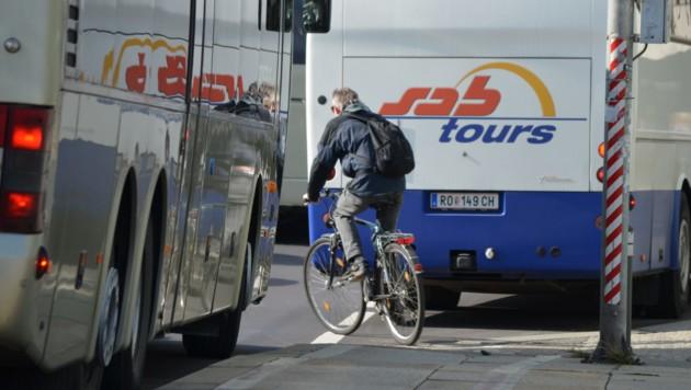 """Busbucht ist gefährliche Engstelle: Radler werden oft """"eingezwickt"""" (Bild: OÖ Radlobby)"""