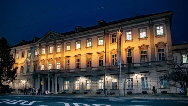 Das Schloss Mirabell erstrahlt von 27. November bis 2. Dezember in Orange und macht damit auf Gewalt gegen Frauen aufmerksam. Auch die Landeskliniken werden beleuchtet. (Bild: Stadt Salzburg/wildbild)