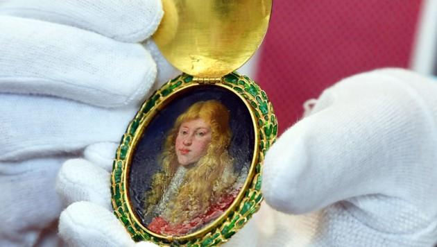 Ein ovales Goldmedaillon der goldenen Königskette der Bogenschützen-Gesellschaft aus dem Jahr 1665. Beim größten Kunstraub der DDR im Jahr 1977, der unaufgeklärt blieb, wurde der Sophienschatz entwendet. Der Anhänger mit dem Bildnis von Herzog Johann Georg konnte vom Museum in Dresden später zurückerworben werden.