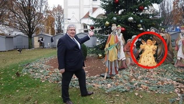 Simmerings Bezirksvorsteher Paul Stadler vor der Krippe - da war das Christkindl noch da. (Bild: BV11)