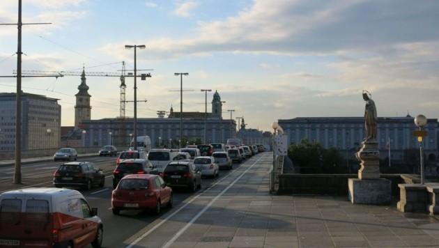 Stau auf der Nibelungenbrücke in Linz (Bild: Werner Pöchinger)