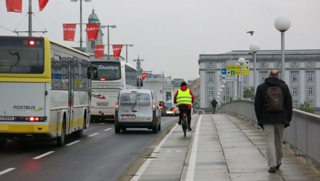 Der enge, fahrbahnnahe Radweg auf der Ostseite der Nibelungenbrücke. (Bild: Werner Pöchinger)