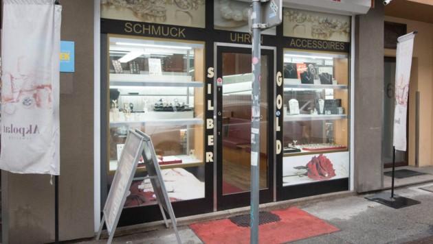 Am Dienstagvormittag war die Tür des Juweliers in Graz schon wieder repariert.