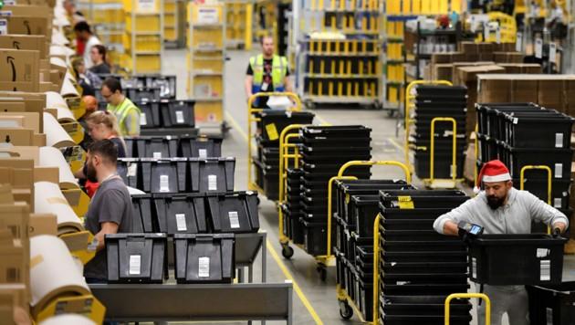 Amazon-Mitarbeiter sortieren in einer Zentrale in Peterborough, Ostengland, Produkte. (Bild: AFP)