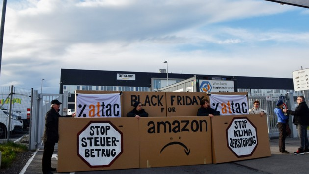 """Die Bewegung Attac, die sich für eine stärkere Regulierung internationaler Großkonzerne starkmacht, protestierte am """"Black Friday"""" vor einem Amazon-Zentrum nahe Wien. (Bild: attac.at)"""