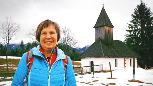 Hanni Gratzer vor der Ulrichskapelle auf dem Guggenberg.