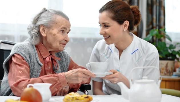 Die Plegeassistentinnen und -assistenten fordern mehr Wertschätzung für ihre Arbeit (Bild: ©Alexander Raths - stock.adobe.com)