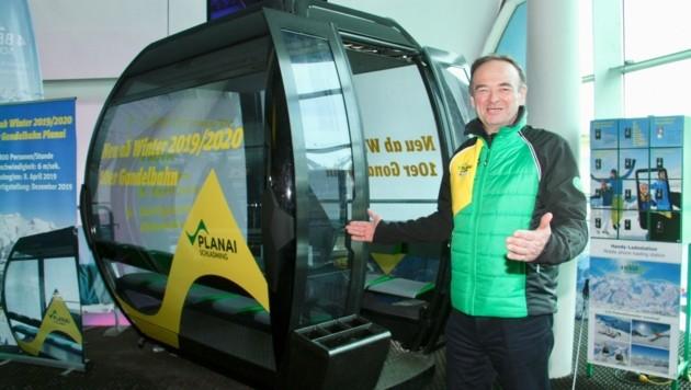 Georg Bliem sichtlich stolz vor einer der neuen 10er-Gondeln. (Bild: Jauschowetz Christian)