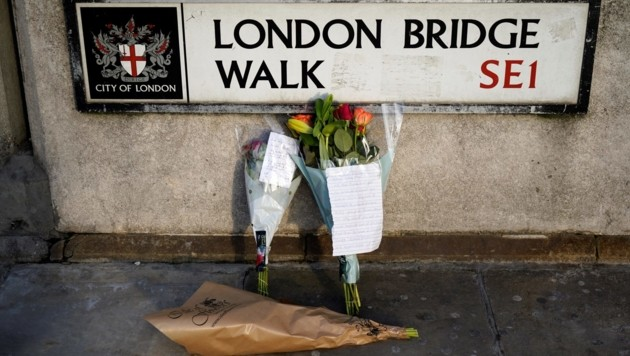 Mit Blumen wird auf der London Bridge den Opfern des jüngsten Terroranschlags gedacht. (Bild: AFP)