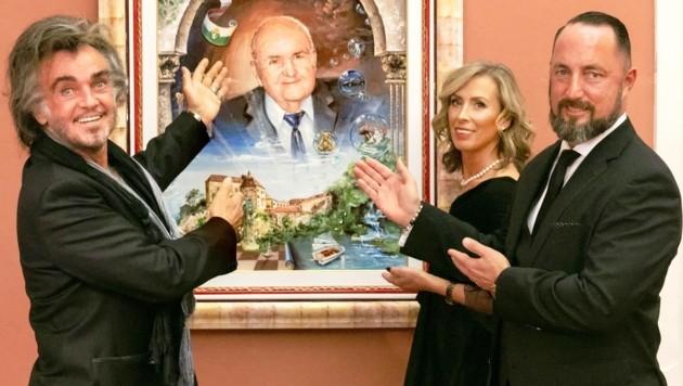 Maler Günter R. Sander (li.) und das Ehepaar Unterrainer mit dem Bild (Bild: Augenblick Stainz/Barbara Zapfl)