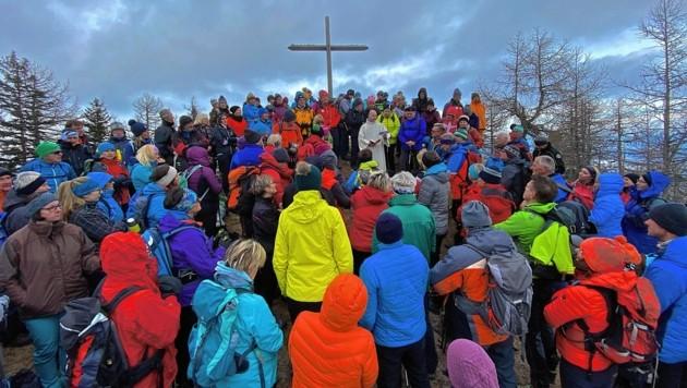 Bei eisigem Wind lauschten die Adventwanderer auf der 1649 Meter hohen Topitza bei Bad Eisenkappel den Worten von Seelsorger Roland Stadler. (Bild: Wallner Hannes)