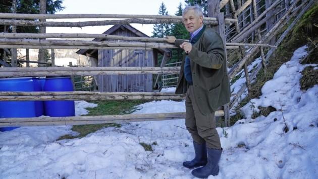 Josef Fuchsluger vor der Fütterung, in dem das Drama passierte (Bild: Sepp Pail)