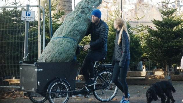 James Middleton und seine Verlobte Alizee Thevenet machen sich mit ihrem Weihnachtsbaum auf den Heimweg. (Bild: www.PPS.at)