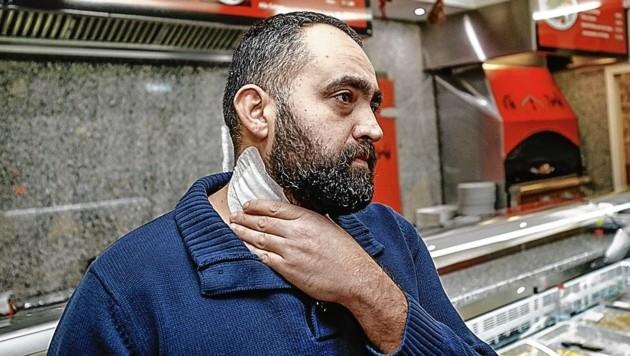1. Dezember: Gökhan Gürel wird in seinem Kebap-Imbiss von einem Mann überfallen und am Hals verletzt. (Bild: Markus Tschepp)
