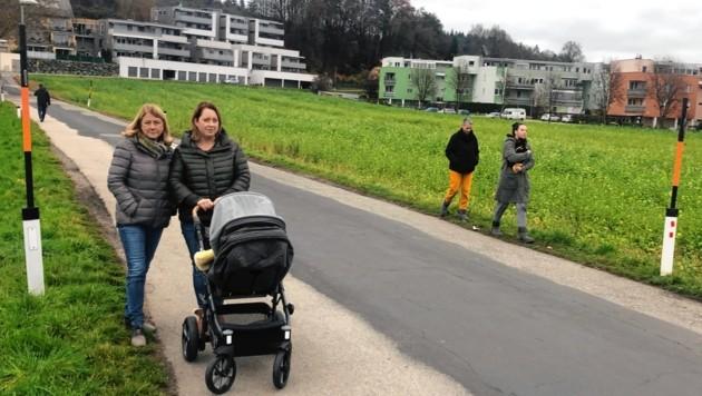 Isabella Hopfgartner (li.) weist auf die Gefahrenstelle hin. (Bild: Elisa Aschbacher)