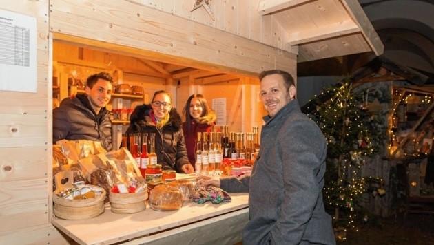 Am Adventmarkt: frisch gebackener Reindling, Speck, Liköre. (Bild: Sabine Pichorner)