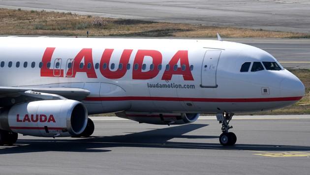 Eine Lauda-Maschine (die zum Ryanair-Konzern gehört) wurde von zwei Abfangjägern der Royal Air Force eskortiert. (Bild: APA/Roland Schlager)