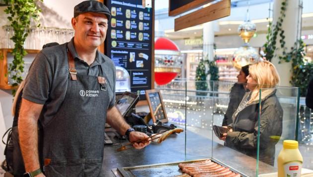 """Alexander Platzl (l.) eröffnete letzte Woche die """"Pommes.Kitchen"""". (Bild: Harald Dostal)"""