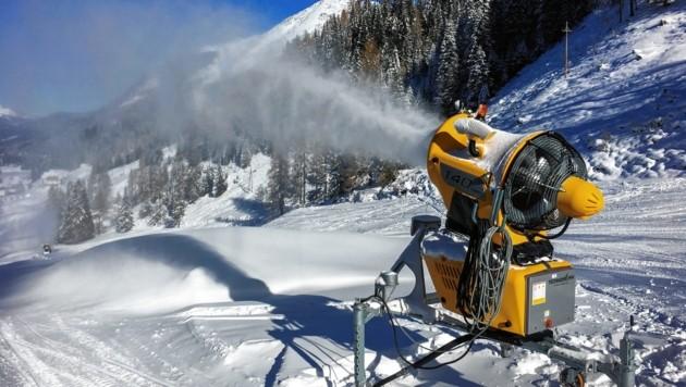 Aus vollen Rohren blasen die Schneekanonen derzeit über diverse steirische Skigebiete, in denen die Temperaturen passen. (Bild: Melanie Hutter)