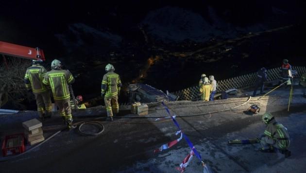 Der Pkw durchbrach eine Leitplanke und stürzte in eine Einfahrt, direkt dahinter wäre es Hunderte Meter steil bergab gegangen. (Bild: Zeitungsfoto.at)