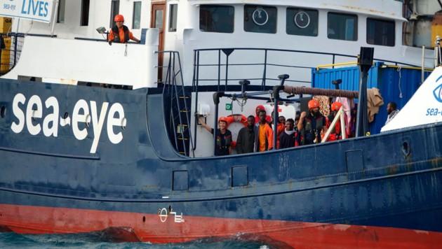 Migranten auf dem Rettungsschiff Alan Kurdi (Bild: AP)