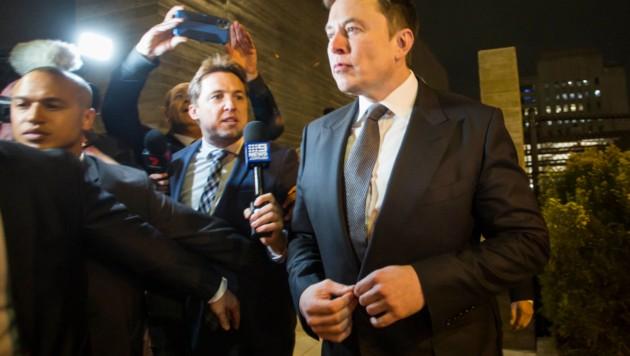 Elon Musk beim Verlassen des Bezirksgerichts (Bild: AFP)
