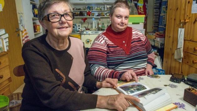 Ernestine (68) kümmert sich liebevoll um ihre geistig behinderte Roswitha (43), die spezielle Sanitäranlagen bräuchte. (Bild: Haijes Jack)