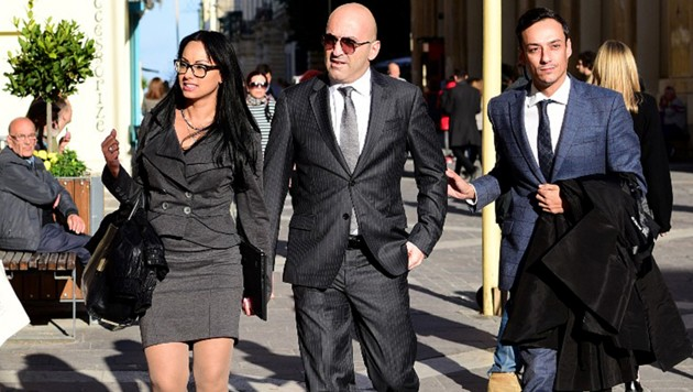 Promi-Geschäftsmann Yorgen Fenech (Mitte) mit Begleitung und Anwalt vor dem Gerichtsgebäude in Valletta (Bild: AFP)