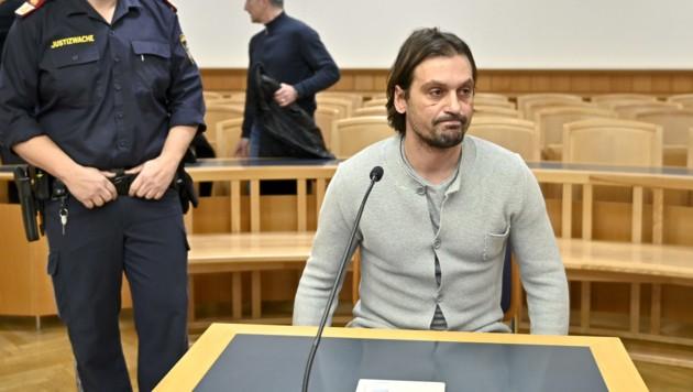 Sanel Kuljic auf der Anklagebank im Wiener Landesgericht (Bild: APA/HERBERT NEUBAUER)