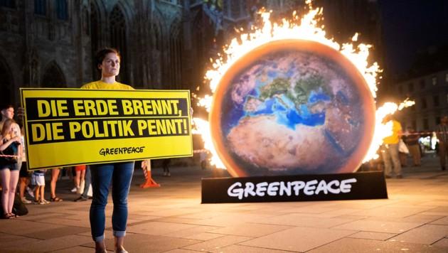 Eine Greenpeace-Aktion vor dem Stephansdom im August 2019 (Bild: APA/GEORG HOCHMUTH)