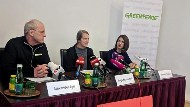 Greenpeace-Geschäftsführer Alexander Egit, Klimawissenschaftlerin Helga Kromp-Kolb und Rechtsanwältin Michaela Krömer bei der Präsentation der öffentlichen Sammelklage (Bild: twitter.com/Greenpeace Austria)