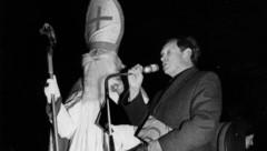 1975 hielt Dekan Bernhard Praxmarer eine kurze Rede, bevor er das Mikrofon an den Nikolaus weitergab. (Bild: Bildarchiv Hall in Tirol)
