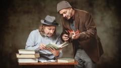 Schauspieler Andreas Simma (l.) und Musiker Yorgos Pervolarakis mögen sich und das Theater. Das steckt an. Manche lachen, bis Tränen kommen. (Bild: © 2019 by Christian Streili)