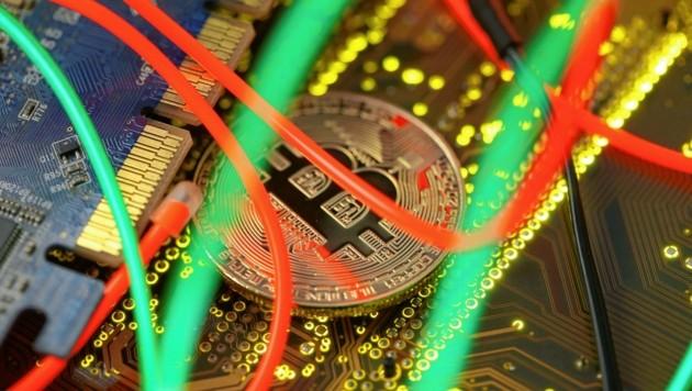 Die Polizei warnt vor Bitcoin-Betrügern. (Bild: REUTERS/Dado Ruvic)