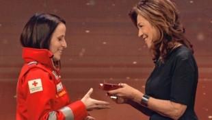 Von Bundeskanzlerin Brigitte Bierlein gab es für die Helden viel Lob und Anerkennung sowie eine extra kreierte Medaille. Hier wird Simone Kernspecht für ihren heldenhaften Einsatz von der Kanzlerin geehrt. (Bild: Markus Wenzel)
