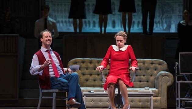 Sascha Oskar Weis steckt Ilia Staple beim Sprachunterricht Kiesel in den Mund. Das Publikum lacht und johlt. (Bild: Anna-Maria Löffelberger)