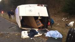 Mehrere mitgeführte Personen saßen vollkommen ungesichert in diesem verunfallten Kastenwagen. (Bild: APA/LPD NÖ)