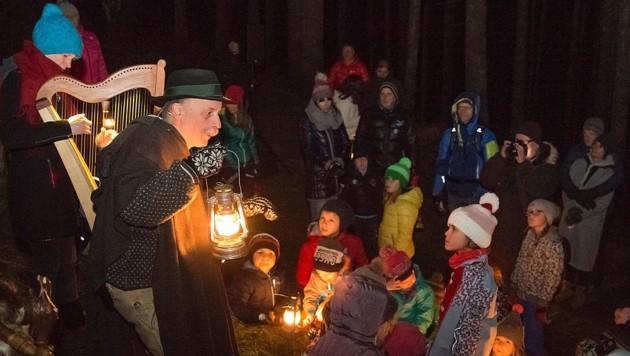 Gespannt hörten die Kinder Helmut Wittmann zu. (Bild: Christian Forcher)