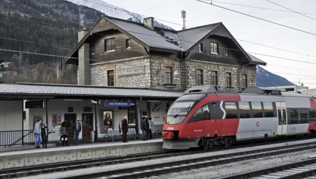 Der Bahnhof Telfs-Pfaffenhofen, eine wichtige Mobilitäts-Drehscheibe. Dass nun Parkgebühren eingehoben werden, irritiert. (Bild: Peter Freiberger)