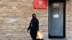 Künftig müssen Frauen nicht mehr einen eigenen Eingang in Restaurants benützen. (Bild: AP)