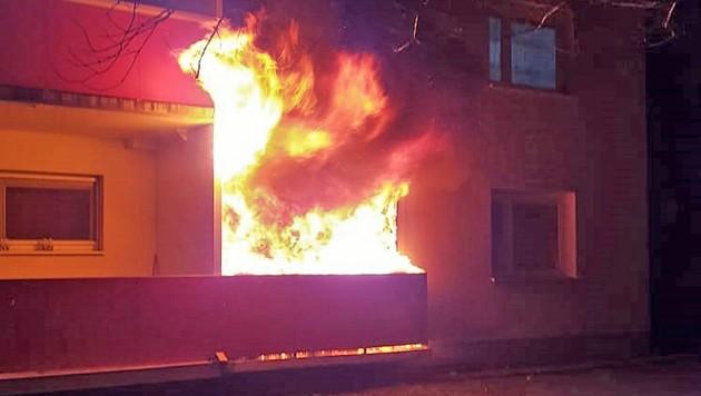Ein Feuerwehrmann, der an einer Veranstaltung der FF Wienersdorf teilnahm, bemerkte die Flammen. (Bild: APA/BFKDO BADEN/ANTON JUDT)