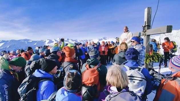 Roland Stadler begeisterte bei der Bergandacht in 2370 Metern Höhe die Adventwanderer (Bild: Wallner Hannes)