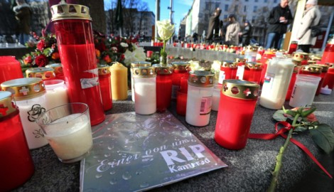 """""""Einer von uns RIP Kamerad"""" ist am Augsburger Königsplatz zwischen Grablichtern zu lesen. (Bild: APA/dpa/Karl-Josef Hildenbrand)"""