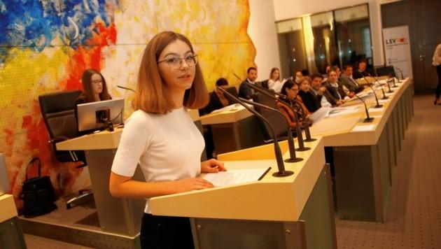 Am Rednerpult äußerten die Jugendlichen ihre Meinungen. (Bild: Uta Rojsek-Wiedergut)